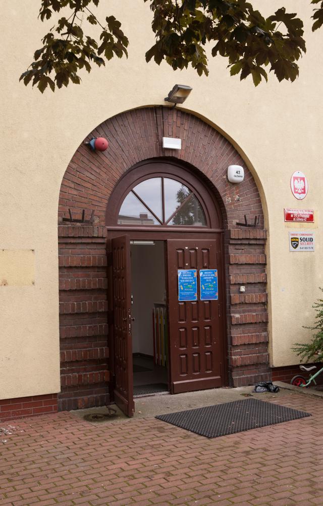 drzwi wejściowe do budynku dawnej szkoły katolickiej przy ulicy Głównej 42