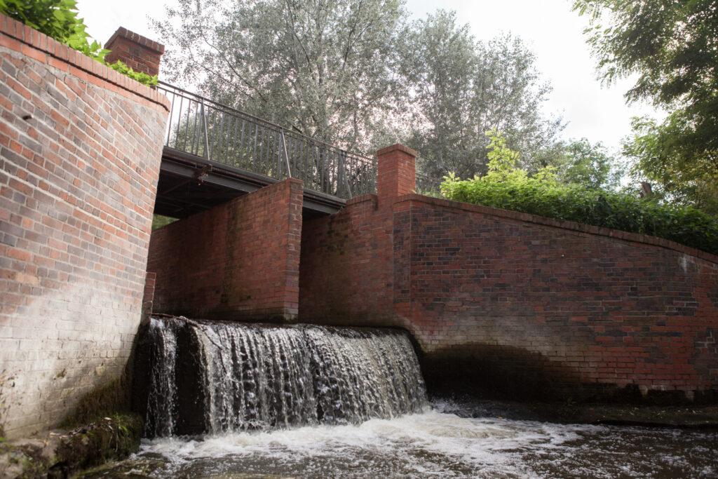 mostek przy ulicy skromnej nad rzeką Główną