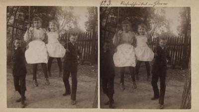 Riesenschaukel in Glowno. Scenka rodzajowa na Głównej pod Poznaniem - dwie dziewczynki na huśtawce kołysane przez chłopców. Kolekcja fotografii stereoskopowych Kurta Emmericha (fot. nr 123). Ze zbiorów Biblioteki Uniwersyteckiej w Poznaniu.