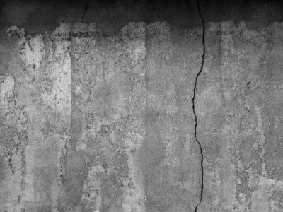 Ślady po plakatach wyborczych Komitetu Obywatelskiego skupiającego opozycję solidarnościową w wyborach 4 czerwca 1989 roku. Pozostałości plakatów znajdują się na murowanym budynku gospodarczym w pobliżu kamienic przy ul. Średniej 16 oraz 17. Ze zbiorów prywatnych Andrzeja Bucholza.