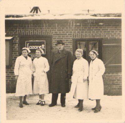 Polskie pielęgniarki i niemiecki lekarz obozowy po inspekcji.