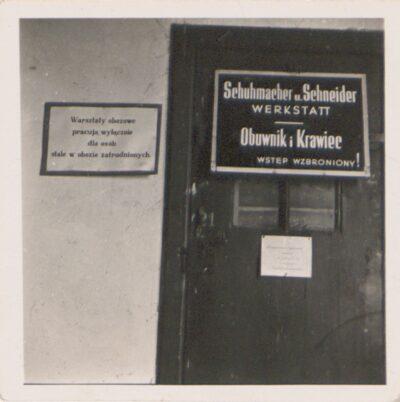 Warsztaty rzemieślnicze w obozie Lager Glowna – obuwnik i krawiec. Ze zbiorów Instytutu Zachodniego im. Zygmunta Wojciechowskiego w Poznaniu. Niemiecki nazistowski obóz przesiedleńczy, działających w latach 1939-1940, zorganizowany dla ludności wysiedlanej z terenu Poznania i Wielkopolski. Na pomieszczenia obozowe wybrano zabudowania położone na Głównej przy ul. Bałtyckiej, gdzie do września 1939 roku mieściły się magazyny wojskowe. W skład obozu wchodziło pięć baraków (w tym trzy drewniane), a także murowany budynek administracji niemieckiej oraz zabudowania gospodarcze. Cały teren, łącznie z dużym placem, znajdującym się pośrodku, otoczony był potrójnym płotem z drutu kolczastego, a w jego narożnikach stały wieże wartownicze z reflektorami. W okresie od 5 listopada 1939 roku do 20 maja 1940 roku w obozie przejściowym na Głównej osadzonych zostało ok. 33 500 osób, z których 32 986 wywieziono do Generalnego Gubernatorstwa. Było wśród nich 31 424 Polaków, 1112 Żydów oraz 450 Romów. Przy ulicy Bałtyckiej, obok skrzyżowania z ul. Chemiczną i ul. Hlonda stoi głaz upamiętniający przesiedleńców.