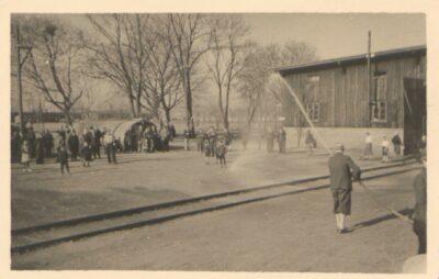 Ochrona przez kurzem w obozie Lager Glowna. Ze zbiorów Instytutu Zachodniego im. Zygmunta Wojciechowskiego w Poznaniu. Niemiecki nazistowski obóz przesiedleńczy, działających w latach 1939-1940, zorganizowany dla ludności wysiedlanej z terenu Poznania i Wielkopolski. Na pomieszczenia obozowe wybrano zabudowania położone na Głównej przy ul. Bałtyckiej, gdzie do września 1939 roku mieściły się magazyny wojskowe. W skład obozu wchodziło pięć baraków (w tym trzy drewniane), a także murowany budynek administracji niemieckiej oraz zabudowania gospodarcze. Cały teren, łącznie z dużym placem, znajdującym się pośrodku, otoczony był potrójnym płotem z drutu kolczastego, a w jego narożnikach stały wieże wartownicze z reflektorami. W okresie od 5 listopada 1939 roku do 20 maja 1940 roku w obozie przejściowym na Głównej osadzonych zostało ok. 33 500 osób, z których 32 986 wywieziono do Generalnego Gubernatorstwa. Było wśród nich 31 424 Polaków, 1112 Żydów oraz 450 Romów. Przy ulicy Bałtyckiej, obok skrzyżowania z ul. Chemiczną i ul. Hlonda stoi głaz upamiętniający przesiedleńców.