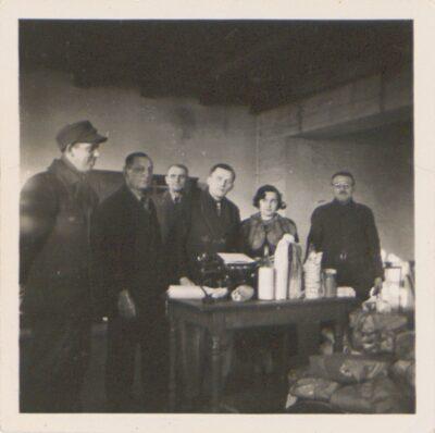 Pracownicy poczty obozowej Lager Glowna. Ze zbiorów Instytutu Zachodniego im. Zygmunta Wojciechowskiego w Poznaniu. Niemiecki nazistowski obóz przesiedleńczy, działających w latach 1939-1940, zorganizowany dla ludności wysiedlanej z terenu Poznania i Wielkopolski. Na pomieszczenia obozowe wybrano zabudowania położone na Głównej przy ul. Bałtyckiej, gdzie do września 1939 roku mieściły się magazyny wojskowe. W skład obozu wchodziło pięć baraków (w tym trzy drewniane), a także murowany budynek administracji niemieckiej oraz zabudowania gospodarcze. Cały teren, łącznie z dużym placem, znajdującym się pośrodku, otoczony był potrójnym płotem z drutu kolczastego, a w jego narożnikach stały wieże wartownicze z reflektorami. W okresie od 5 listopada 1939 roku do 20 maja 1940 roku w obozie przejściowym na Głównej osadzonych zostało ok. 33 500 osób, z których 32 986 wywieziono do Generalnego Gubernatorstwa. Było wśród nich 31 424 Polaków, 1112 Żydów oraz 450 Romów. Przy ulicy Bałtyckiej, obok skrzyżowania z ul. Chemiczną i ul. Hlonda stoi głaz upamiętniający przesiedleńców.