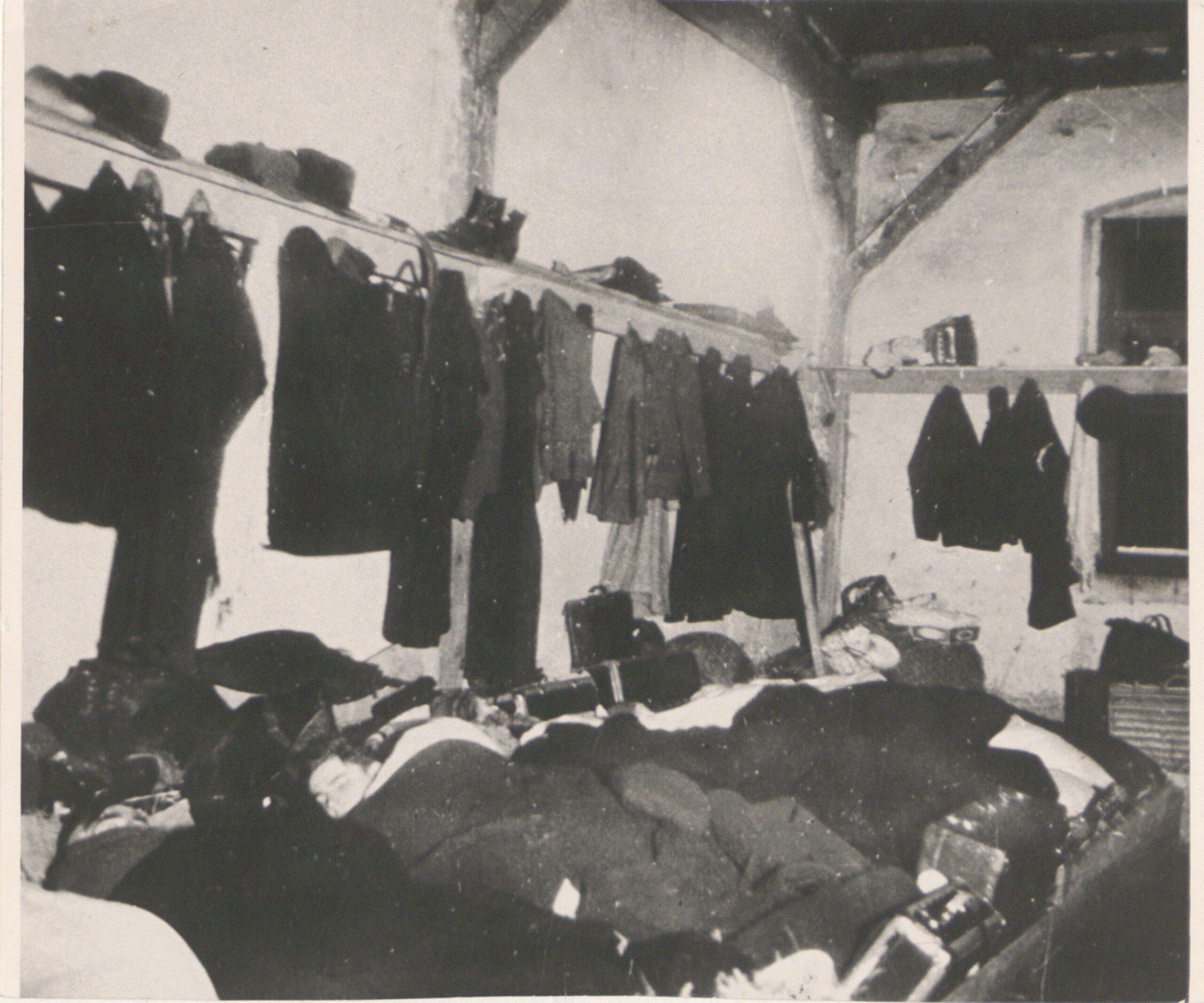 Wnętrze baraku numer 2 w obozie Lager Glowna. Ze zbiorów Instytutu Zachodniego im. Zygmunta Wojciechowskiego w Poznaniu. Niemiecki nazistowski obóz przesiedleńczy, działających w latach 1939-1940, zorganizowany dla ludności wysiedlanej z terenu Poznania i Wielkopolski. Na pomieszczenia obozowe wybrano zabudowania położone na Głównej przy ul. Bałtyckiej, gdzie do września 1939 roku mieściły się magazyny wojskowe. W skład obozu wchodziło pięć baraków (w tym trzy drewniane), a także murowany budynek administracji niemieckiej oraz zabudowania gospodarcze. Cały teren, łącznie z dużym placem, znajdującym się pośrodku, otoczony był potrójnym płotem z drutu kolczastego, a w jego narożnikach stały wieże wartownicze z reflektorami. W okresie od 5 listopada 1939 roku do 20 maja 1940 roku w obozie przejściowym na Głównej osadzonych zostało ok. 33 500 osób, z których 32 986 wywieziono do Generalnego Gubernatorstwa. Było wśród nich 31 424 Polaków, 1112 Żydów oraz 450 Romów. Przy ulicy Bałtyckiej, obok skrzyżowania z ul. Chemiczną i ul. Hlonda stoi głaz upamiętniający przesiedleńców.
