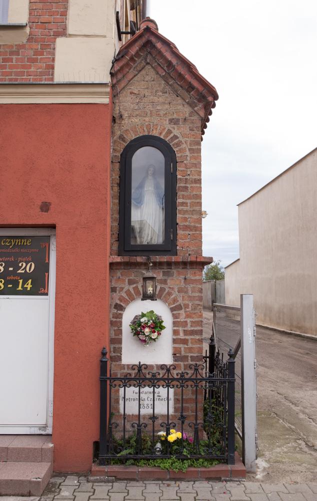 kapliczka przy ulicy głównej ufundowana przez Pietronelę Czarnecką