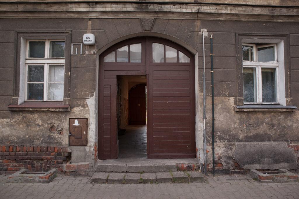 drzwi do kamienicy przy ulicy smolnej 12a fyrtel główna