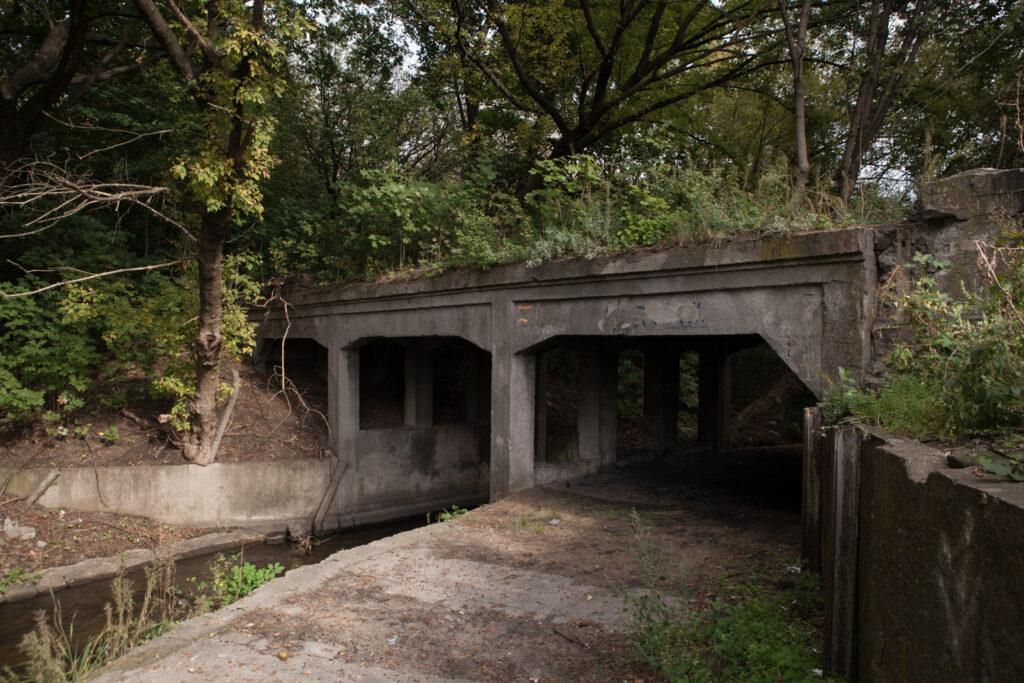 modernistyczny mostek kolejowy nad rzeką główną nieopodal nieistniejącego młynu cerealia