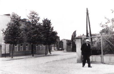 ulica Smolna w latach 60. XX w. czarno-biała fotografia mężczyzna idzie ulicą Smolną