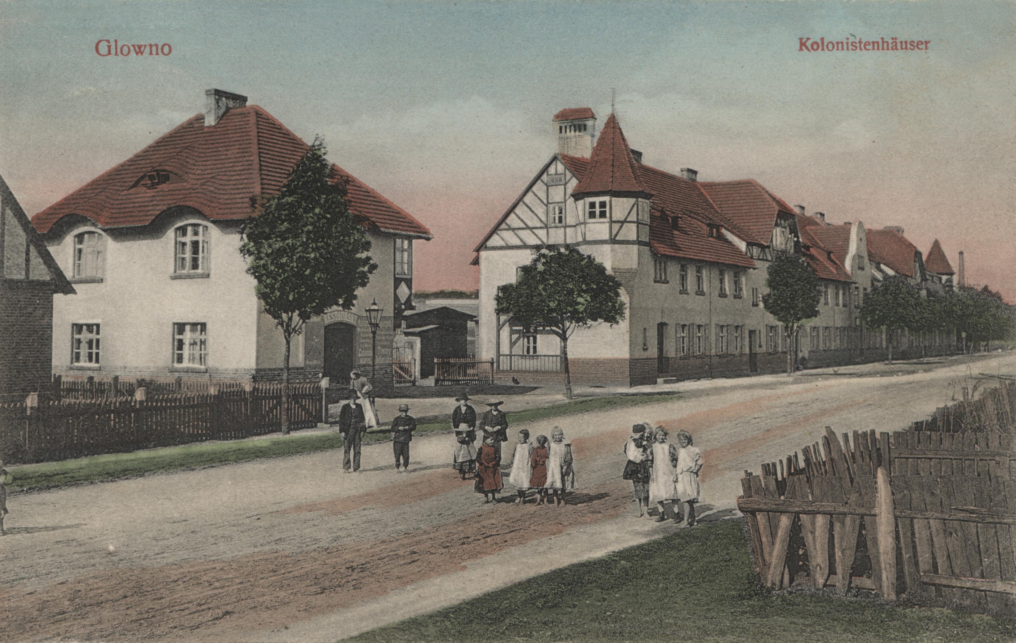Glowno. Kolonistenhäuser. Jednoobrazkowa karta pocztowa z widokiem Kolonii Karlsbunne przy ul. Gnieźnieńskiej. Osiedle zostało wybudowane w 1906 roku z inicjatywy Deutsche Arbeiter-Wohnungsgenossenschaft (Niemiecka Robotnicza Spółdzielnia Mieszkaniowa), pomiędzy Pudewitzerstrasse (ul. Pobiedziską, dziś Gnieźnieńską), a rzeką Główną. Składało się z domów typu willowego dla majstrów i urzędników miejskich oraz podłużnego budynku wielorodzinnego wzdłuż ul. Gnieźnieńskiej, przeznaczonego dla robotników. W 1919 roku osiedle zostało zakupione przez Zakłady Cegielskiego. Ze zbiorów Biblioteki Uniwersyteckiej w Poznaniu