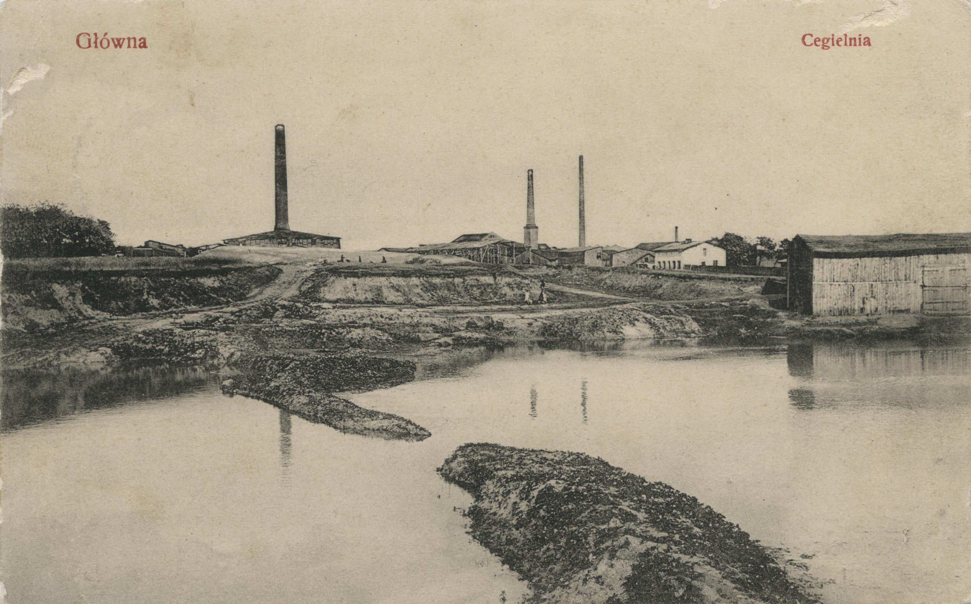 Główna. Cegielnia. Jednoobrazkowa karta pocztowa z widokiem na cegielnię Hartwig & Weidemann przy ul. Gnieźnieńskiej 74. Ok. 1910 rok. Zabudowania cegielni znajdowały się na dużej parceli (305 arów), położonej pomiędzy ul. Krańcową i torami kolejowymi z własną bocznicą i kolejką elektryczną. W 1945 roku została częściowo zniszczona, a w 1947 rozebrania. Dziś nie istnieje. Ze zbiorów Biblioteki Uniwersyteckiej w Poznaniu