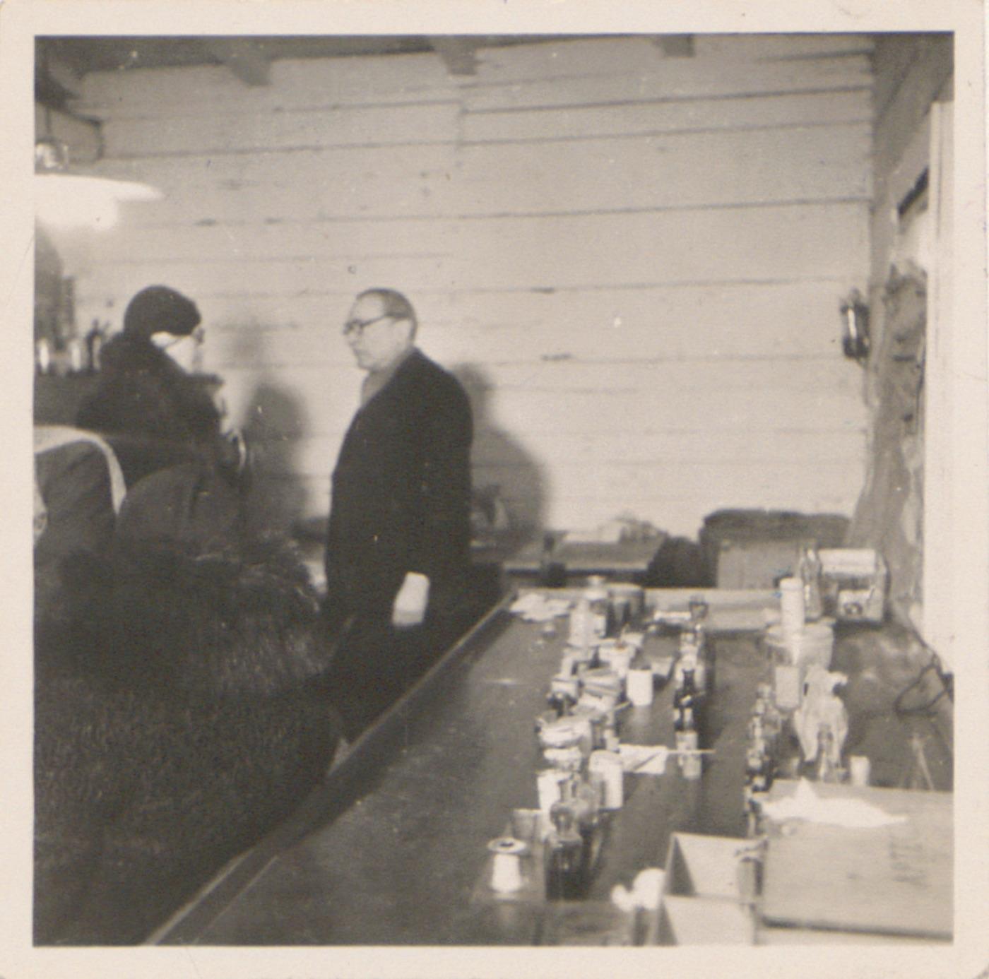 Przychodnia lekarska w obozie Lager Glowna. Ze zbiorów Instytutu Zachodniego im. Zygmunta Wojciechowskiego w Poznaniu. Niemiecki nazistowski obóz przesiedleńczy, działających w latach 1939-1940, zorganizowany dla ludności wysiedlanej z terenu Poznania i Wielkopolski. Na pomieszczenia obozowe wybrano zabudowania położone na Głównej przy ul. Bałtyckiej, gdzie do września 1939 roku mieściły się magazyny wojskowe. W skład obozu wchodziło pięć baraków (w tym trzy drewniane), a także murowany budynek administracji niemieckiej oraz zabudowania gospodarcze. Cały teren, łącznie z dużym placem, znajdującym się pośrodku, otoczony był potrójnym płotem z drutu kolczastego, a w jego narożnikach stały wieże wartownicze z reflektorami. W okresie od 5 listopada 1939 roku do 20 maja 1940 roku w obozie przejściowym na Głównej osadzonych zostało ok. 33 500 osób, z których 32 986 wywieziono do Generalnego Gubernatorstwa. Było wśród nich 31 424 Polaków, 1112 Żydów oraz 450 Romów. Przy ulicy Bałtyckiej, obok skrzyżowania z ul. Chemiczną i ul. Hlonda stoi głaz upamiętniający przesiedleńców.