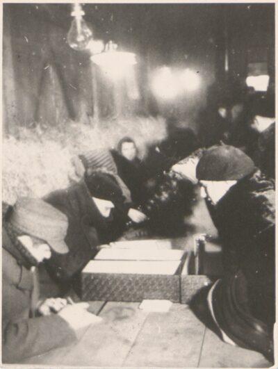 Przewożenie ludności polskiej do obozu Lager Glowna. Ze zbiorów Instytutu Zachodniego im. Zygmunta Wojciechowskiego w Poznaniu. Niemiecki nazistowski obóz przesiedleńczy, działających w latach 1939-1940, zorganizowany dla ludności wysiedlanej z terenu Poznania i Wielkopolski. Na pomieszczenia obozowe wybrano zabudowania położone na Głównej przy ul. Bałtyckiej, gdzie do września 1939 roku mieściły się magazyny wojskowe. W skład obozu wchodziło pięć baraków (w tym trzy drewniane), a także murowany budynek administracji niemieckiej oraz zabudowania gospodarcze. Cały teren, łącznie z dużym placem, znajdującym się pośrodku, otoczony był potrójnym płotem z drutu kolczastego, a w jego narożnikach stały wieże wartownicze z reflektorami. W okresie od 5 listopada 1939 roku do 20 maja 1940 roku w obozie przejściowym na Głównej osadzonych zostało ok. 33 500 osób, z których 32 986 wywieziono do Generalnego Gubernatorstwa. Było wśród nich 31 424 Polaków, 1112 Żydów oraz 450 Romów. Przy ulicy Bałtyckiej, obok skrzyżowania z ul. Chemiczną i ul. Hlonda stoi głaz upamiętniający przesiedleńców.