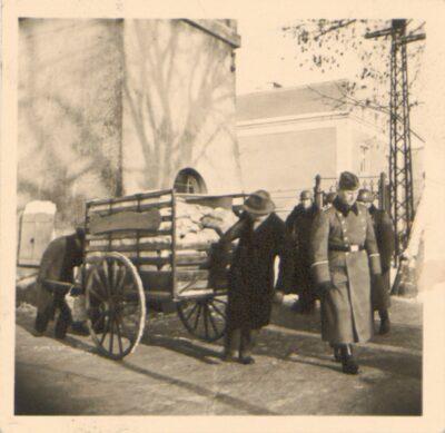 Odwożenie paczek pocztowych do obozu Lager Glowna. Ze zbiorów Instytutu Zachodniego im. Zygmunta Wojciechowskiego w Poznaniu. Niemiecki nazistowski obóz przesiedleńczy, działających w latach 1939-1940, zorganizowany dla ludności wysiedlanej z terenu Poznania i Wielkopolski. Na pomieszczenia obozowe wybrano zabudowania położone na Głównej przy ul. Bałtyckiej, gdzie do września 1939 roku mieściły się magazyny wojskowe. W skład obozu wchodziło pięć baraków (w tym trzy drewniane), a także murowany budynek administracji niemieckiej oraz zabudowania gospodarcze. Cały teren, łącznie z dużym placem, znajdującym się pośrodku, otoczony był potrójnym płotem z drutu kolczastego, a w jego narożnikach stały wieże wartownicze z reflektorami. W okresie od 5 listopada 1939 roku do 20 maja 1940 roku w obozie przejściowym na Głównej osadzonych zostało ok. 33 500 osób, z których 32 986 wywieziono do Generalnego Gubernatorstwa. Było wśród nich 31 424 Polaków, 1112 Żydów oraz 450 Romów. Przy ulicy Bałtyckiej, obok skrzyżowania z ul. Chemiczną i ul. Hlonda stoi głaz upamiętniający przesiedleńców.