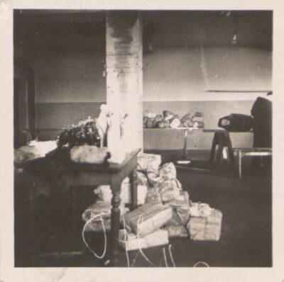Posortowane paczki pocztowe w obozie Lager Glowna. Ze zbiorów Instytutu Zachodniego im. Zygmunta Wojciechowskiego w Poznaniu. Niemiecki nazistowski obóz przesiedleńczy, działających w latach 1939-1940, zorganizowany dla ludności wysiedlanej z terenu Poznania i Wielkopolski. Na pomieszczenia obozowe wybrano zabudowania położone na Głównej przy ul. Bałtyckiej, gdzie do września 1939 roku mieściły się magazyny wojskowe. W skład obozu wchodziło pięć baraków (w tym trzy drewniane), a także murowany budynek administracji niemieckiej oraz zabudowania gospodarcze. Cały teren, łącznie z dużym placem, znajdującym się pośrodku, otoczony był potrójnym płotem z drutu kolczastego, a w jego narożnikach stały wieże wartownicze z reflektorami. W okresie od 5 listopada 1939 roku do 20 maja 1940 roku w obozie przejściowym na Głównej osadzonych zostało ok. 33 500 osób, z których 32 986 wywieziono do Generalnego Gubernatorstwa. Było wśród nich 31 424 Polaków, 1112 Żydów oraz 450 Romów. Przy ulicy Bałtyckiej, obok skrzyżowania z ul. Chemiczną i ul. Hlonda stoi głaz upamiętniający przesiedleńców.