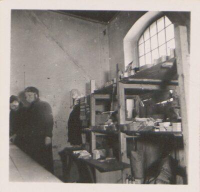 Wnętrze kantyny obozowej Lager Glowna. Ze zbiorów Instytutu Zachodniego im. Zygmunta Wojciechowskiego w Poznaniu. Niemiecki nazistowski obóz przesiedleńczy, działających w latach 1939-1940, zorganizowany dla ludności wysiedlanej z terenu Poznania i Wielkopolski. Na pomieszczenia obozowe wybrano zabudowania położone na Głównej przy ul. Bałtyckiej, gdzie do września 1939 roku mieściły się magazyny wojskowe. W skład obozu wchodziło pięć baraków (w tym trzy drewniane), a także murowany budynek administracji niemieckiej oraz zabudowania gospodarcze. Cały teren, łącznie z dużym placem, znajdującym się pośrodku, otoczony był potrójnym płotem z drutu kolczastego, a w jego narożnikach stały wieże wartownicze z reflektorami. W okresie od 5 listopada 1939 roku do 20 maja 1940 roku w obozie przejściowym na Głównej osadzonych zostało ok. 33 500 osób, z których 32 986 wywieziono do Generalnego Gubernatorstwa. Było wśród nich 31 424 Polaków, 1112 Żydów oraz 450 Romów. Przy ulicy Bałtyckiej, obok skrzyżowania z ul. Chemiczną i ul. Hlonda stoi głaz upamiętniający przesiedleńców.