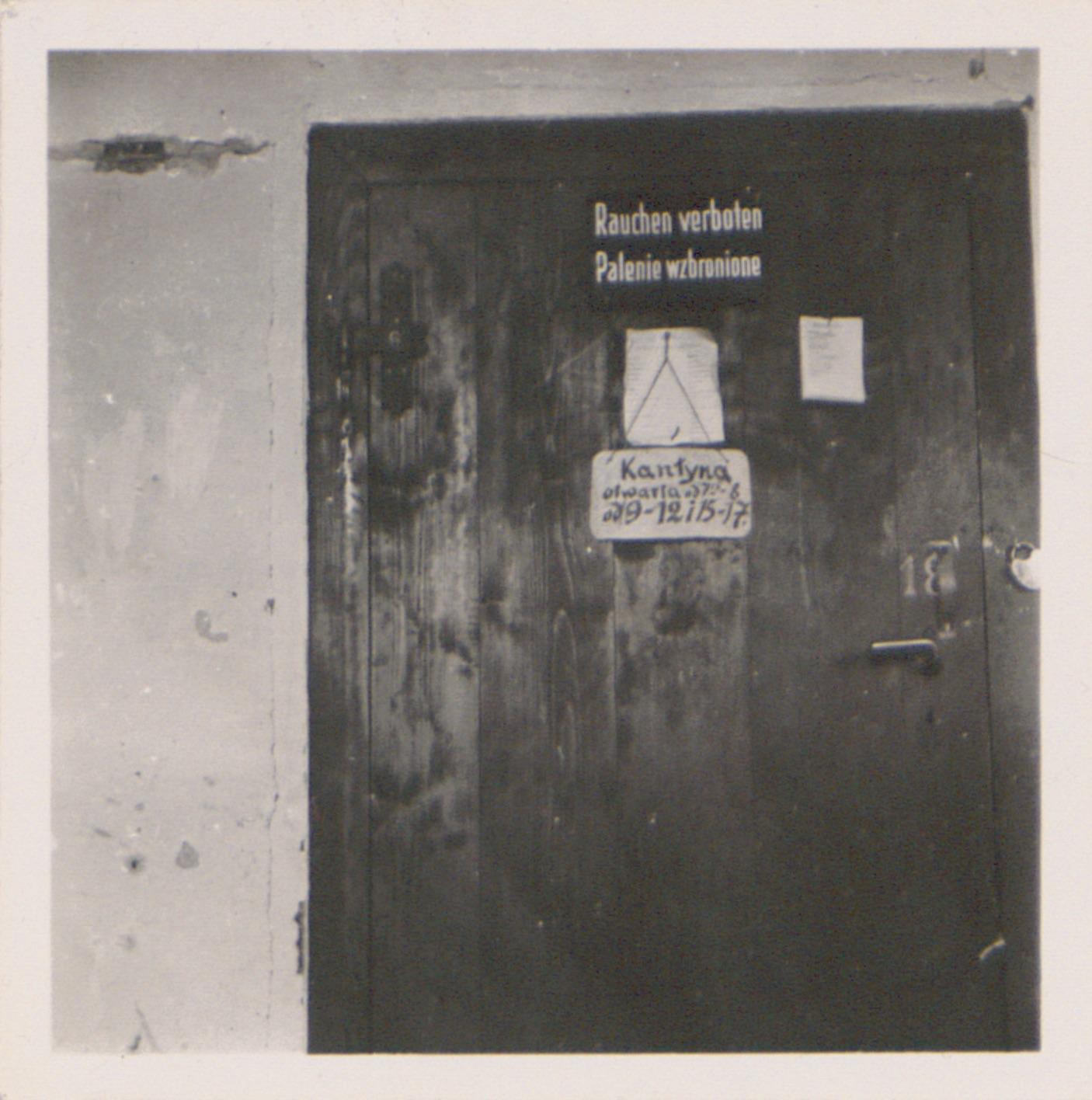 Kantyna obozowa Lager Glowna. Ze zbiorów Instytutu Zachodniego im. Zygmunta Wojciechowskiego w Poznaniu. Niemiecki nazistowski obóz przesiedleńczy, działających w latach 1939-1940, zorganizowany dla ludności wysiedlanej z terenu Poznania i Wielkopolski. Na pomieszczenia obozowe wybrano zabudowania położone na Głównej przy ul. Bałtyckiej, gdzie do września 1939 roku mieściły się magazyny wojskowe. W skład obozu wchodziło pięć baraków (w tym trzy drewniane), a także murowany budynek administracji niemieckiej oraz zabudowania gospodarcze. Cały teren, łącznie z dużym placem, znajdującym się pośrodku, otoczony był potrójnym płotem z drutu kolczastego, a w jego narożnikach stały wieże wartownicze z reflektorami. W okresie od 5 listopada 1939 roku do 20 maja 1940 roku w obozie przejściowym na Głównej osadzonych zostało ok. 33 500 osób, z których 32 986 wywieziono do Generalnego Gubernatorstwa. Było wśród nich 31 424 Polaków, 1112 Żydów oraz 450 Romów. Przy ulicy Bałtyckiej, obok skrzyżowania z ul. Chemiczną i ul. Hlonda stoi głaz upamiętniający przesiedleńców.