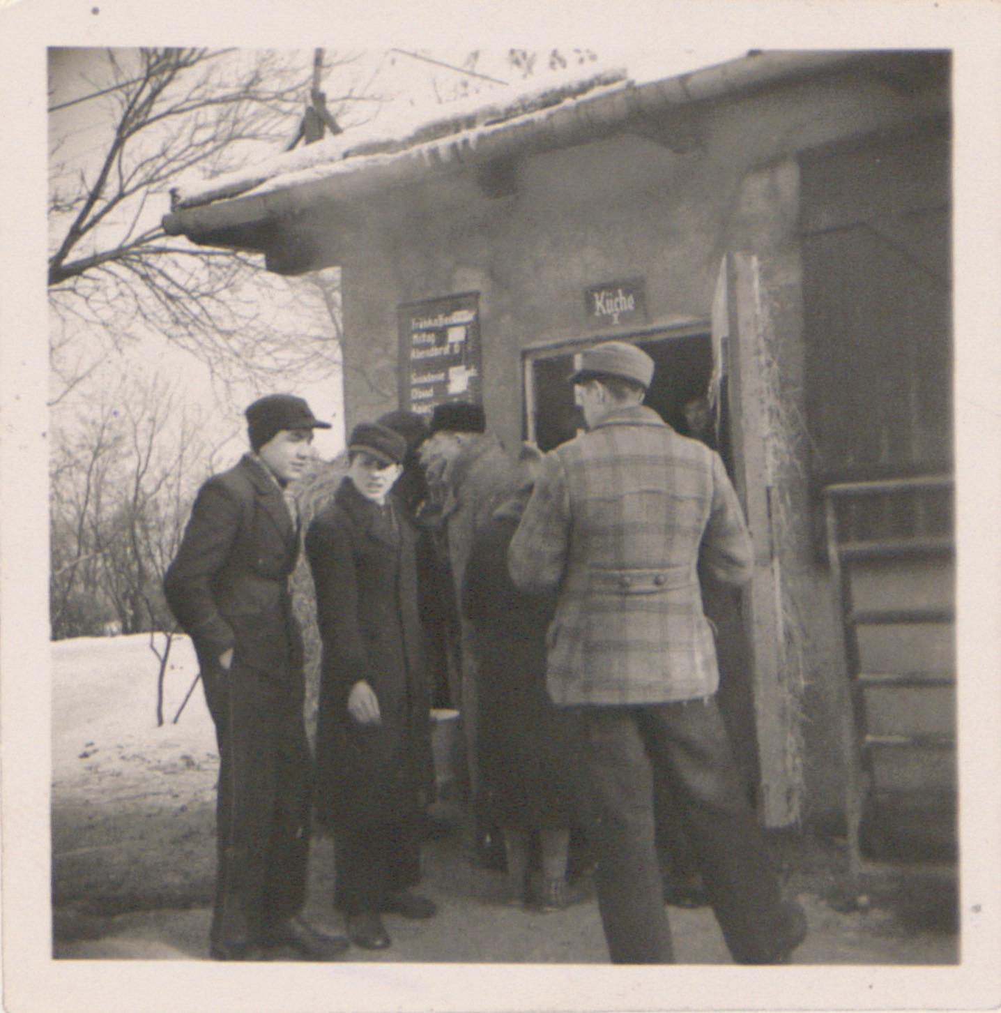 Niemiecki nazistowski obóz przesiedleńczy, działających w latach 1939-1940, zorganizowany dla ludności wysiedlanej z terenu Poznania i Wielkopolski. Na pomieszczenia obozowe wybrano zabudowania położone na Głównej przy ul. Bałtyckiej, gdzie do września 1939 roku mieściły się magazyny wojskowe. W skład obozu wchodziło pięć baraków (w tym trzy drewniane), a także murowany budynek administracji niemieckiej oraz zabudowania gospodarcze. Cały teren, łącznie z dużym placem, znajdującym się pośrodku, otoczony był potrójnym płotem z drutu kolczastego, a w jego narożnikach stały wieże wartownicze z reflektorami. W okresie od 5 listopada 1939 roku do 20 maja 1940 roku w obozie przejściowym na Głównej osadzonych zostało ok. 33 500 osób, z których 32 986 wywieziono do Generalnego Gubernatorstwa. Było wśród nich 31 424 Polaków, 1112 Żydów oraz 450 Romów. Przy ulicy Bałtyckiej, obok skrzyżowania z ul. Chemiczną i ul. Hlonda stoi głaz upamiętniający przesiedleńców.