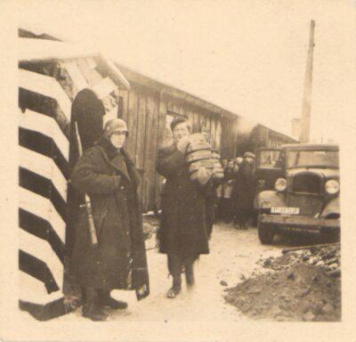 Niemiecki strażnik pilnujący kuchni obozowej