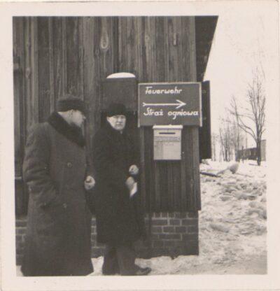 Obozowa straż pożarna w Lager Glowna. Ze zbiorów Instytutu Zachodniego im. Zygmunta Wojciechowskiego w Poznaniu. Niemiecki nazistowski obóz przesiedleńczy, działających w latach 1939-1940, zorganizowany dla ludności wysiedlanej z terenu Poznania i Wielkopolski. Na pomieszczenia obozowe wybrano zabudowania położone na Głównej przy ul. Bałtyckiej, gdzie do września 1939 roku mieściły się magazyny wojskowe. W skład obozu wchodziło pięć baraków (w tym trzy drewniane), a także murowany budynek administracji niemieckiej oraz zabudowania gospodarcze. Cały teren, łącznie z dużym placem, znajdującym się pośrodku, otoczony był potrójnym płotem z drutu kolczastego, a w jego narożnikach stały wieże wartownicze z reflektorami. W okresie od 5 listopada 1939 roku do 20 maja 1940 roku w obozie przejściowym na Głównej osadzonych zostało ok. 33 500 osób, z których 32 986 wywieziono do Generalnego Gubernatorstwa. Było wśród nich 31 424 Polaków, 1112 Żydów oraz 450 Romów. Przy ulicy Bałtyckiej, obok skrzyżowania z ul. Chemiczną i ul. Hlonda stoi głaz upamiętniający przesiedleńców.