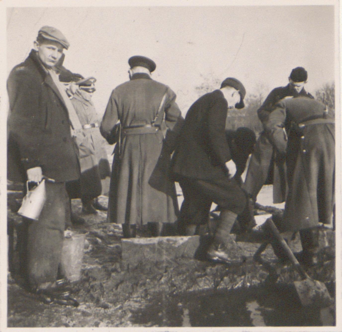 Odwadnianie obozu wiosną 1940 roku przez straż pożarną w Lager Glowna. Ze zbiorów Instytutu Zachodniego im. Zygmunta Wojciechowskiego w Poznaniu.